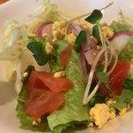 欧風食堂 カンパーニャ - 蒸し鶏と野菜畑のトマトクリームソース1,000円に付くミモザサラダ