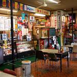 日本海食堂 - 店内の昭和チックな食堂風景。