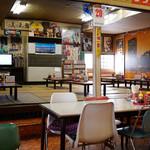 日本海食堂 - 座敷もあって広い店内。