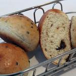 レ・スリジェ - 最初にいただいた、黒ごまのパンとレーズンのパン。<2012_03>
