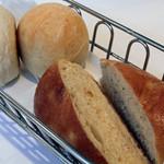レ・スリジェ - 二回目にサーブしてくれた、プレーンのパンとオレンジピール入りのパン。<2012_03>