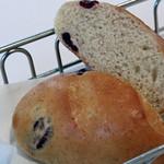 レ・スリジェ - 三度目にいただいた、クランベリーを練り込んだパン。<2012_03>