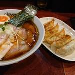 クローバー - チャーシュー麺味玉トッピングと餃子
