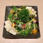 kuzushikappoutokoshitsuiori - 九条ネギのせ豆腐ごまだれサラダ ¥790
