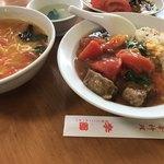 李園 - 左はトマト湯麺