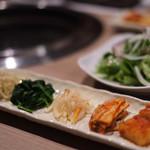 近江うし 焼肉 にくTATSU - キムチ・ナムル3種&サラダ