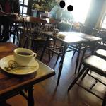 喫茶チロル - テーブルと椅子の高さのアンバランスさもいい