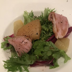 シェフズ・ブイ - プレミアムコース5900円。鴨肉とフルーツのサラダ。バルサミコドレッシングでいただきます。とても美味しかったです(╹◡╹)