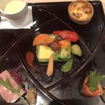シェフズ・ブイ - プレミアムコース5900円。季節の前菜5種盛り合わせ。中央の野菜のテリーヌがとても美味しかったです(╹◡╹)