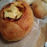 118964072 - クリームのパンが手前
