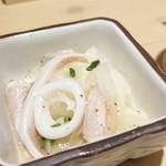 酒肴日和 アテニヨル - お通し350円(税別) イカのドレッシング漬け 玉葱の辛味とドレッシングの酸味と調和して、イカの程よい弾力肉質に旨味を与えております