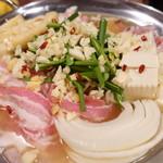 ホルモン鍋 暖 - にんにく鍋