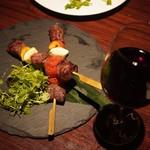 だいだらぼっち - 信州牛の串焼き 1,480円と赤ワイン