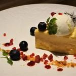 118972106 - チーズケーキと数種のベリー