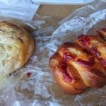 118986439 - 左のんは、ツナとチーズ。右は、ウインナーロール。