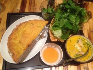 ベトナム フロッグ 汐留店 - バインセオ と スープのセットのスープを、ココナツカレーフォーに変更