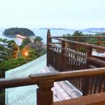 カフェ ラウンジ アンド バー アゼリア - テラス席から眺める竹島は絶景ですね