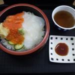 大漁桜どんぶり亭 - イクラ・イカ・サーモン丼 525円 お茶などはセルフ