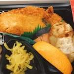 Kuukoushokudou - 白身魚フライにシャケ、揚げ餃子♪