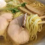 119004310 - 中細麺が清湯スープと良く馴染む