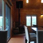野坂茶屋 - 店内(薪ストーブ:座った場所からパチリ)