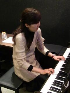 TommommiC - 毎週木曜日はピアノ・バー・ナイト! Chihoちゃんの素敵な演奏を聴きながら、美味しいお酒を楽しめます♫