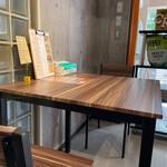 クラフト.ジム&カフェ - テーブル席は一つだけで御座います。