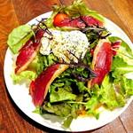 鴨の生ハムとポーチドエッグサラダ