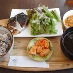 ケイデリ 八マル八 - 料理写真:塩麹漬けサバ焼き定食プラス