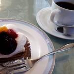 デセールカワウチ - ケーキセット(650円) タルトフルーツ&ホットコーヒー
