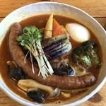 スープカレー トムトムキキル - 牛すじ・きのこ・揚げ出し豆腐のスープカレー ソセージトッピング(辛さ7番)