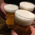 119046850 - メニューなく頼んだ 銘柄わからぬヌルい生ビール                       薄いグラスに凝る前に 肝心要のアルコールちゃんとしようよ