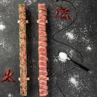 ド迫力!最大100cmローストビーフと牛ユッケのロング肉寿司