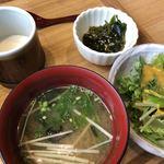 しずバル - 定食のサラダと小鉢