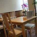 ベルデ - 窓際のテーブル席