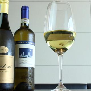 一皿と一杯。200種以上のソムリエ厳選ワインをご一緒に。