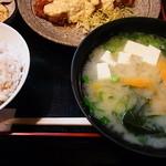 たかちほ亭 - 定食の味噌汁は具沢山