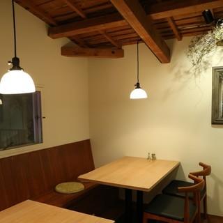 1階は割烹風カウンター・2階は落ち着いたテーブル&半個室