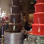119121740 - 赤と黒のチョコレートファウンテン