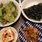炭火焼肉 牛小屋 - 上ヤキニクセットの副菜類