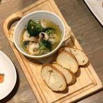 まるごと肉酒場 g (グラム) - 海老とブロッコリーのアヒージョ/680円