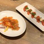 まるごと肉酒場 g (グラム) - サーモンのカルパッチョ、フレッシュモッツァレラのカプレーゼ