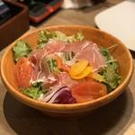 まるごと肉酒場 g (グラム) - 生ハムと彩り野菜のイタリアンサラダ