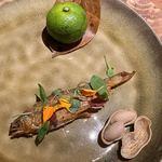119128860 - 琵琶湖産の子持ち鮎をへベス(宮崎産)のソースで頂くが、和食の蓼酢を思わせるソースは安心感がある。だが、カラッと揚げられた鮎の割にはちょっとパンチがないかな。