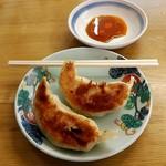 119130296 - ジャンボ餃子1個110円(注文は二個~OK)大きさ比較のために割り箸を置いてみた