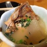 丸二 - お通しのアップ 三平の鮭のアラが骨まで食べれる 【 2012年3月 】