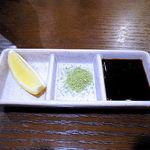 穂卓 - 串揚げ用の生レモン、抹茶塩、ソース