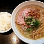 ラーメン こんじき - 鶏白湯醤油とサービスのライス