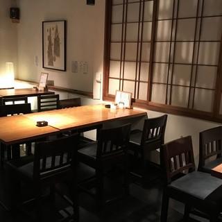 2階テーブル席で16名様までの宴会可能。11名様以上で貸切可