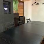 かつきち - テーブルを増設し、6名様から最大8名様まで、対応できます。ゆったりとしたスペースで、お食事をお楽しみください。